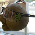 Extravagantní vázané brýle od české návrhářky s konopným motivem na stranici